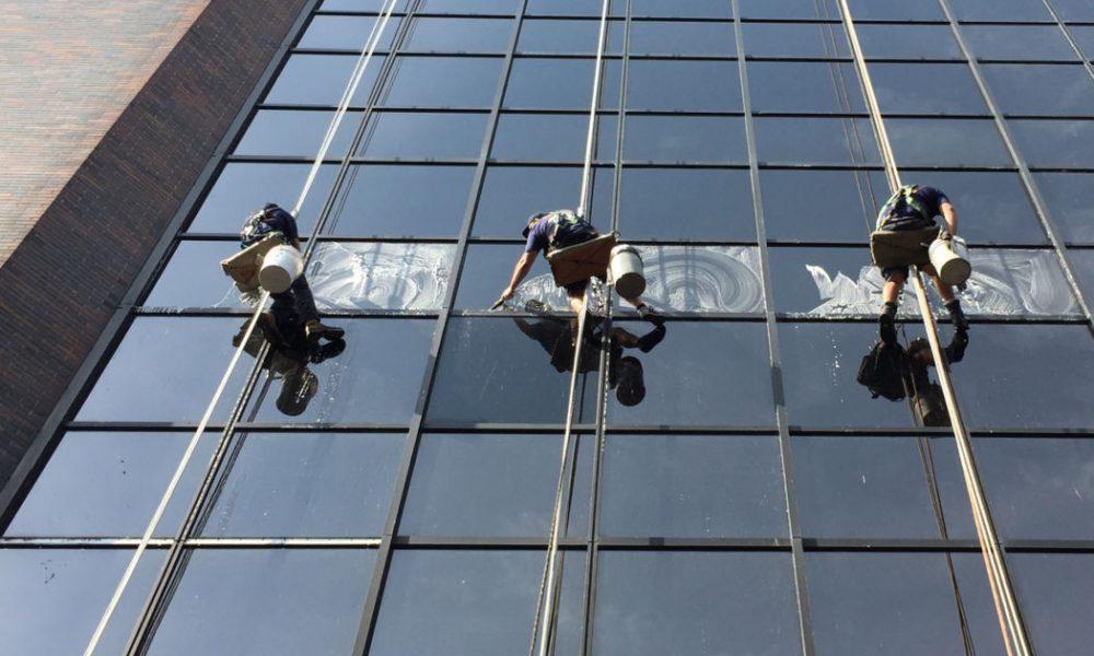 Comment laver ses vitres en hauteur?